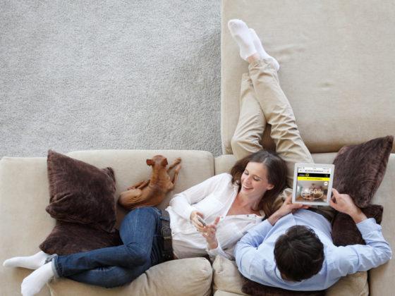 Paar auf Sofa